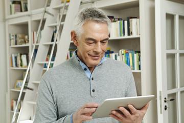 Deutschland, Berlin, Senior, Rentner mit Tablette-PC