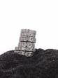 ein Stapel Diamant-Ringe auf schwarzem Sand