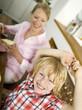 Mutter und Sohn am Frühstückstisch
