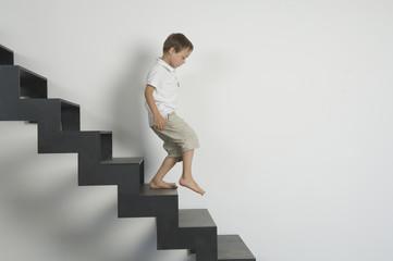 Deutschland, Junge läuft Treppen hinunter