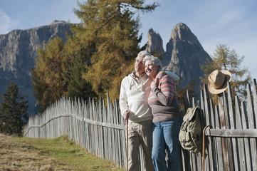 Italien, Südtirol, Älteres Paar Wandern in den Dolomiten