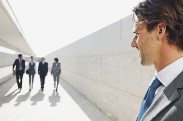 Spanien, Mallorca, Geschäftsleute spazieren gemeinsam