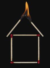 Brennendes Streichholz Dach des Hauses