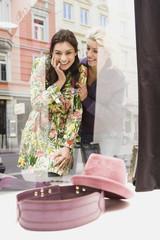 Zwei Frauen beim Schaufensterbummel