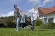 Deutschland, München, Familie Spaß vor dem Haus