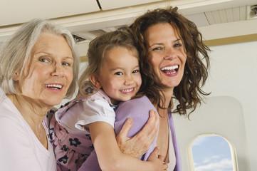 Deutschland, München, Bayern, Frauen und Mädchen, die Spaß in der Economy-Klasse haben, Verkehrsflugzeug