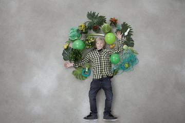 Junge bildet Baum-Form auf grauem Hintergrund