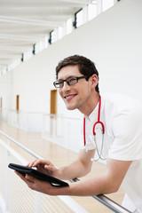 Deutschland, Bayern, Diessen am Ammersee, Junger Arzt mit Tablet-PC