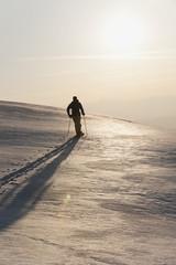 Italien, Trentino-Alto Adige, Südtirol, Bozen, Seiser Alm, Mann mittleren Alters auf Skitour am Morgen