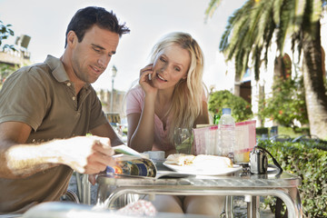 Spanien, Mallorca, Palma, Paar sitzt am Tisch im Café
