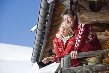 Italien, Südtirol, Seiseralm, Paar steht auf dem Dach der Blockhütte