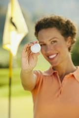 Italien, Kastelruth, Frau mit Golfball