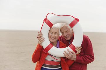 Deutschland suchen, St Peter-Ording, Nordsee, älteres Paar, Senioren schauen durch Rettungsring
