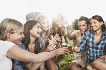 Deutschland, Köln, Mann und Frauen genießen Bier