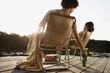 Deutschland, Berlin, Junges Paar entspannt auf Stühlen