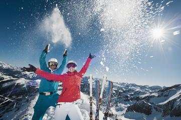 Österreich, Salzburg, Junges Paar steht auf der Spitze des Berges