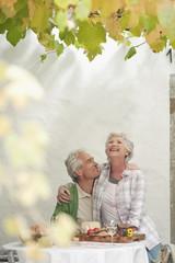Italien, Südtirol, Älteres Paar mit Snacks im Gästehaus