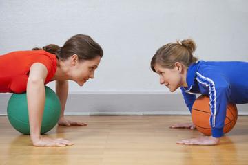 Deutschland, Berlin, Junge Frau trainiert in der Turnhalle