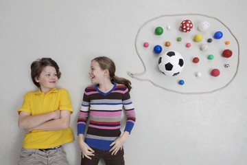 Mädchen und Junge mit Sprechblase