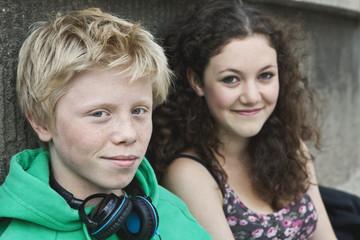 Deutschland, Berlin, Teenage Paar mit Kopfhörer