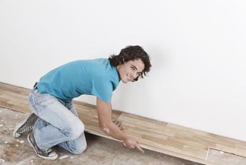 Deutschland, Köln, Junger Mann Renovierung Wohnung
