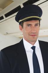 Deutschland, Bayern, München, Pilot in der Business Class Flugzeugkabine, Lächeln