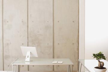 Büro, Computer-Bildschirm und Bonsai-Baum