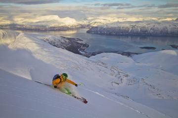 Norwegen, Lyngen, Skier Ski-Abfahrt am Polarmeer