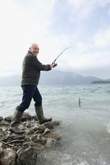 Deutschland, Bayern, Walchensee, erwachsener Mann, Angeln im See