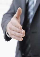 Geschäftsmann reicht die Hand