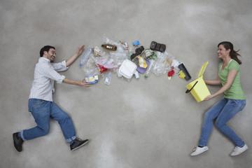 Frau wirft Müll auf Mann