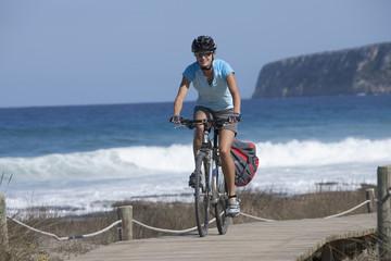 Spanien, Formentera, Frau Fahrrad fahren