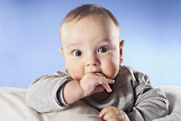 Baby mit dem Finger im Mund, Nahaufnahme