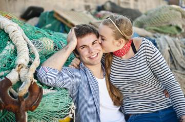 Spanien, Mallorca, Paar am Hafen mit Fischernetzen