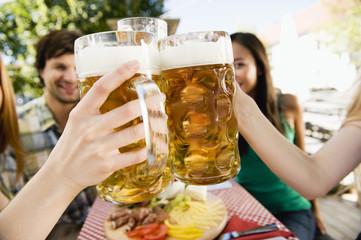 Deutschland, Bayern, Oberbayern, Jugendliche in Biergarten