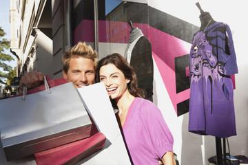 Paar mit Einkaufstüten
