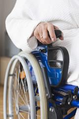 Deutschland, Leipzig, ältere Frau, Seniorin sitzt im Rollstuhl