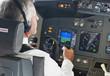 Deutschland, Bayern, München, Pilot trägt Kopfhörer im Flugzeug-Cockpit