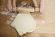 Deutschland, Köln, Junge und Mädchen, rollen Teig auf Küchenarbeitsplatte
