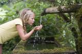 Österreich, Mondsee, Mädchen Transportband, Rollband, trinkt aus Wasserflasche