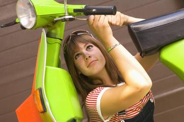 Junge Frau mit einem Roller