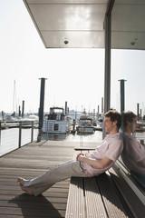 Deutschland, Hamburg, Mann entspannt