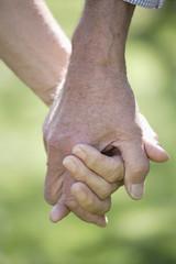 Deutschland, Bayern, älteres Paar, Senioren Hand in Hand, close up