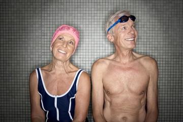 Älteres Paar mit Badekappe und Schwimmbrille in der Umkleidekabine