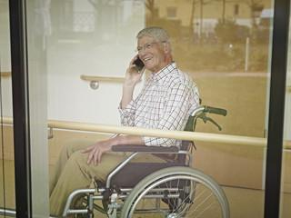 Deutschland, Köln, Senior, Rentner am Telefon im Pflegeheim
