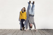 Deutschland, Bayern, München, Junges Paar gegen die Wand