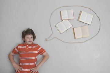 Junge mit Büchern in Sprechblase