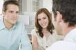 Deutschland, München, drei Geschäftsleute im Büro diskutieren