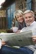 Deutschland, Kratzeburg, älteres Paar, Senioren sitzt auf der Terrasse eines Landhauses mit Zeitung