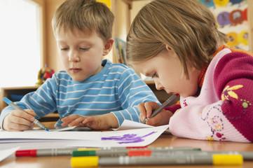 Deutschland, Kinder im Kindergarten, Zeichnung Bilder